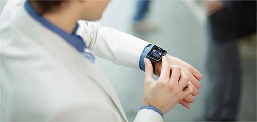 Часы SmartWatch на руке